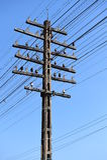 Poteau de l'électricité avec le ciel bleu Photographie stock libre de droits