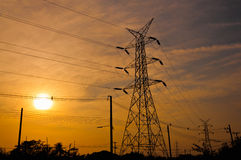Poteau de l'électricité dans le coucher du soleil Photographie stock