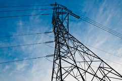 Poteau de l'électricité dans le coucher du soleil Photo stock