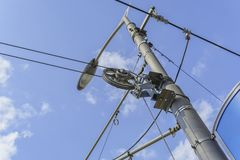 Poteau de l'électricité et câblage compliqué de réverbère sur le lampadaire avec le fond de ciel images stock