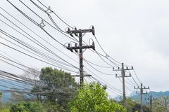 Poteau de l'électricité sur le bord de la route images stock