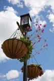 Poteau de lampe avec le panier de fleurs Photos libres de droits