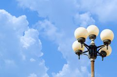 Poteau de lampe sur le ciel bleu image stock