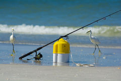 Poteau de pêche avec le seau d'amorce Image libre de droits