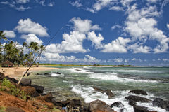 Poteau de pêche sur le paysage de plage d'Hawaï Poipu Image stock