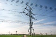 Poteau de pouvoir étendu en tant qu'élément du réseau de l'électricité sur un champ photographie stock