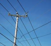 Poteau de puissance, lignes, et ciel Image stock