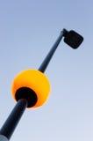 Poteau de réverbère avec le globe et le ciel bleu allumés Photo stock