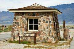 Poteau de sentinelle de Manzanar images stock