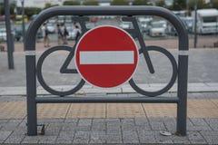 Poteau de signalisation contre rouge et blanc aucune entrée pour des bicyclettes image libre de droits