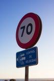Poteau de signalisation d'isolement Soixante-dix Miles par heure de vitesse de limitation de rouge rond de signe Route Images libres de droits