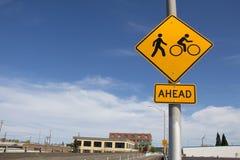 Poteau de signalisation de piéton et de bicyclette avec le ciel bleu Photographie stock libre de droits