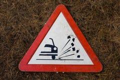 Poteau de signalisation de triangle pour le gravier Photographie stock