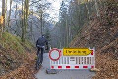 Poteau de signalisation : Des directions sont interdites - détour, Umleitung, Allemagne image stock