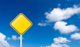 Poteau de signalisation jaune blanc avec le ciel bleu Photos libres de droits