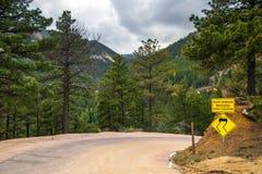 Poteau de signalisation jaune de danger photos stock