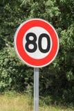 Poteau de signalisation de limitation de vitesse 80 sur la route image stock