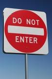 Poteau de signalisation - n'entrez pas Photographie stock