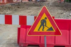 Poteau de signalisation pour des travaux de construction dans la rue photographie stock libre de droits