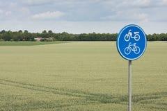 Poteau de signalisation pour la bicyclette et le vélomoteur images stock