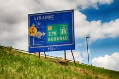 Poteau de signalisation pour Svilajnac et Belgrade Photos stock
