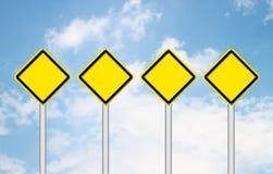Poteau de signalisation quatre jaune en blanc images libres de droits