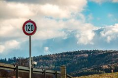 Poteau de signalisation qui signifie 120 kilomètres par heure Photo libre de droits