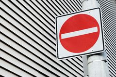 Poteau de signalisation rouge Photo stock