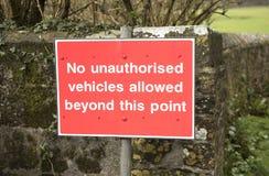 Poteau de signalisation rouge aucun véhicules au delà de ce point photographie stock libre de droits