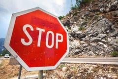 Poteau de signalisation rouge d'arrêt Photographie stock libre de droits