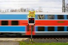 Poteau de signalisation : Train d'attention photographie stock