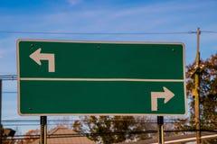 Poteau de signalisation vide avec des flèches se dirigeant dans des directions opposées images stock