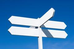 Poteau de signe directionnel blanc Image libre de droits