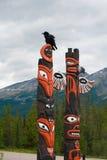 Poteau de totem avec la corneille Image stock