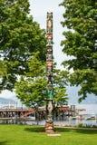 Poteau de totem dans la baie en fer à cheval à Vancouver occidental. Photographie stock