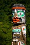 Poteau de totem dans la forêt photos libres de droits