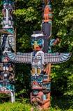 Poteau de totem indien de thunderbird de premières nations dans Stanley image stock