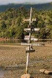 Poteau en bois avec des directions Images stock
