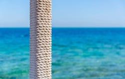 Poteau en bois avec la corde enlacée Image stock