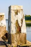 Poteau en bois putréfié avec éplucher la peinture blanche de la fin Photo stock