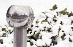 Poteau en métal contre la neige image libre de droits