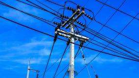 Poteau et câble électriques Image stock