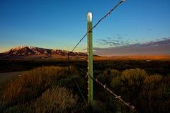 Poteau et ciel de frontière de sécurité Image stock