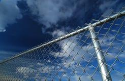 Poteau et ciel de frontière de sécurité photos libres de droits