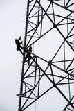 Poteau et employés d'énergie travaillant là Nouveau poteau de puissance pour la haute Photos libres de droits