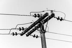 Poteau et fils électriques noirs et blancs Photographie stock libre de droits