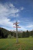Poteau indicateur à la montagne Images libres de droits