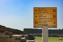 Poteau indicateur au sujet de temple dans Hampi, Inde image stock