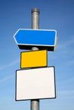 Poteau indicateur avec 3 signes en blanc. Images libres de droits