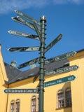 Poteau indicateur avec des distances. Linkoping. Suède image stock